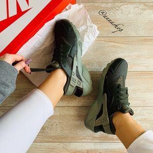 NWT Nike Huarache run sequoia